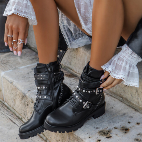 Bottines-noires-à-lacets-détail-clous-et-strass-Polly
