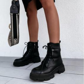 Bottines-noires-à-lacets-détail-pochette-Riley