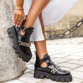 Boots-noires-ajourées-détail-chaine-Piper-3