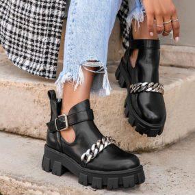 Boots-noires-ajourées-détail-chaine-Piper
