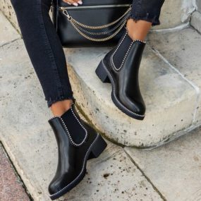 Boots-noires-à-clous-Joy