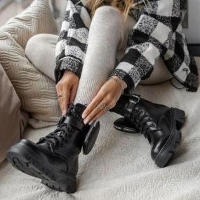 Bottines-noires-à-lacets-détail-poche-Ava
